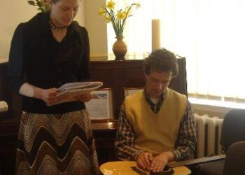 Susitikimo metu Agnė Biliūnaitė skaitė eiles, o jos brolis Kostas grojo gitara.