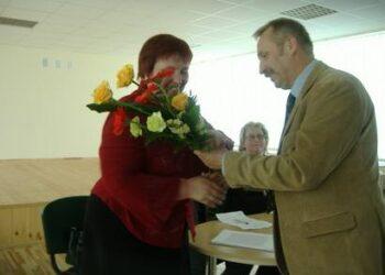 """Savivaldybės administracijos direktorius Antanas Baura už sėkmingą KB """"Žalioji lanka"""" veiklą direktorei Nijolei Barkauskienei įteikė gėlių puokštę."""