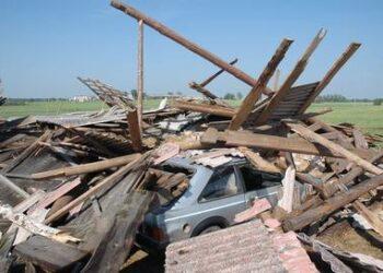 Per audrą klojimo griuvėsiai palaidojo Kirmėlių kaimo gyventojų Sandros ir Deivido Jurgaičių automobilį.