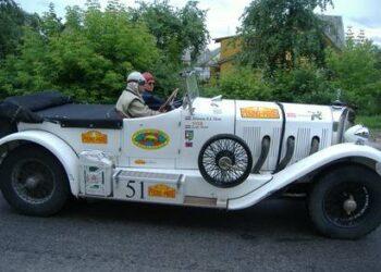 Per Anykščius šeštadienį važiavo antikvariniai įvairių markių automobiliai
