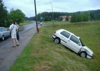 """Genadijaus Jakimovo """"VW Golf"""" po smūgio į kitą mašiną nulėkė nuo kelio."""
