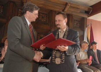 Rajono meras Sigitas Obelevičius ir Pasaulio anykštėnų bendrijos pirmininkas Antanas Tyla apsikeitė pasirašytomis bendradarbiavimo sutartimis