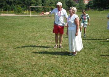 J. Biliūno gimnazijos direktorė Regina Drūsienė taikliai pasiuntė kamuolį į naujuosius vartus.