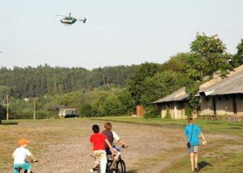 Anykščių miesto vaikai smalsavo, ko virš siauruko skraido malūnsparnis.
