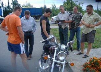 """Policijos pareigūnui surašant duomenis apie motociklo apgadinimus, """"Suzuki"""" apžiūrinėjo rajono Tarybos narys Rolandas Jurkėnas (antras iš kairės) ir motociklo savininkas Raimondas Mikėnas (trečias iš kairės)"""