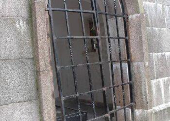 """Niokojimai tęsiasi - šį sykį vandalai """"aplankė"""" rašytojo Jono Biliūno kapą."""