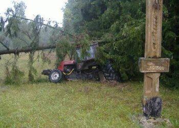 Dauguma traktoriaus mechanizmų po avarijos buvo sulaužyti, tačiau kabina išliko sveika.