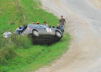 Automobilis greičio ruože apsivertė prieš pat varžybas.