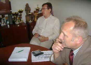 """UAB """"Agrokoncerno grūdai"""" direktorius Dalius Keblikas tikino neturįs iš ko didinti grūdų supirkimo kainos, o savivaldybės administracijos direktorius Antanas Baura vylėsi, kad supirkėjai dar turi rezervų..."""