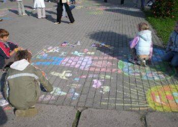 Vaikai mielai dalyvavo akcijoje, bet didelio praeivių dėmesio nesulaukė.