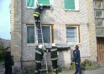 Į dūmais skendėjusį butą pirmiausia mėgino patekti ugniagesys gelbėtojas su specialia ekipiruote.