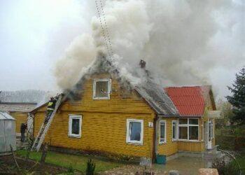Ugnis beveik sunaikino namo mansardą