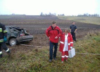 Neblaivus Ramūnas Rinkevičius iki greitosios medicinos pagalbos automobilio nuėjo padedamas medikės.