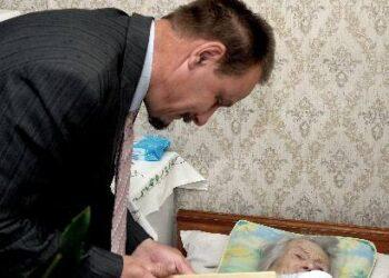 Meras Sigutis Obelevičius su šimtmečio jubiliejaus proga šimtametei Teklei Karalienei linkėjo toliau eiti gyvenimo keliu su rytmečio saule ir viltimi.