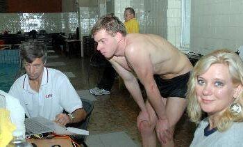Į Anykščius atvykęs sporto mokslininkas Genadijus Sokolovas( pirmas iš kairės) priminė, kad būtent Anykščiai tampa Lietuvos plaukimo centru. Dešinėje – jo žmona Birutė.