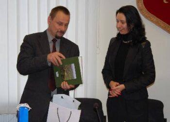 Meras Sigutis Obelevičius ir Teisingumo ministerijos viceministrė Eglė Račinskienė apsikeitė dovanomis.