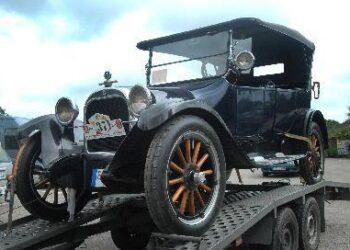 1922 metų gamybos Dodge jau panašus į šiandieninį automobilį, nes jame mažai medžio, kėbulas geležinis, turi 3 padalus, starterį, tik rato stipinai dar ąžuoliniai... Jono JUNEVIČIAUS nuotr.