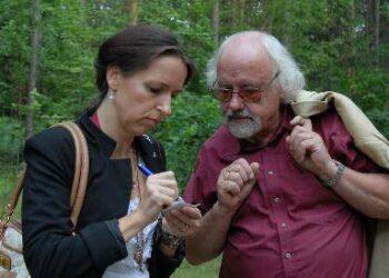 Anykštėnė Daiva Maldaikytė kalbasi su rašytoju Rimantu Vanagu, 2 – jų knygų apie Anykščių žydus autoriumi. Autoriaus nuotr