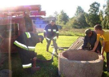 Iš užteršto Kabošių kaimo šulinio vandenį išsiurbė Anykščių rajono ugniagesių tarnybos komanda. Algirdo Gansiniausko nuotr.