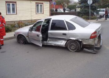 """Po smūgio į kitą automobilį, """"Opel Vectra"""" nuskriejo dar maždaug 15 – 20 metrų. Autoriaus nuotr."""