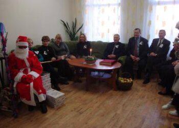 Seniūnai su Kalėdų seneliu viešėjo Svėdasų senelių globos namuose. Algirdo GANSINIAUSKO nuotr.