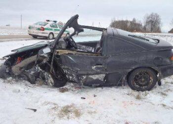 Avarijos metu automobilis stipriai sudaužytas.