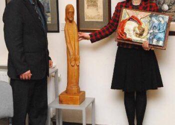 Anykščių Sakralinio meno centras pasipildė naujais eksponatais. Skulptūrą ir staciją centrui dovanojo Amerikos lietuvė Marija Remienė.