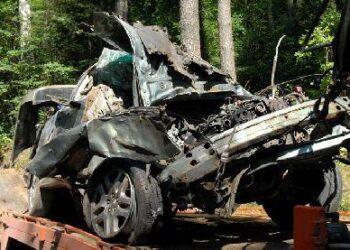 """Avarijoje nepataisomai sudaužytas automobilis """"Subaru"""", o jo vairuotojas pabėgo. Autoriaus nuotr."""