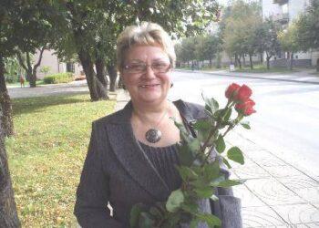 Debeikių vidurinės mokyklos direktorė Rita Skujienė džiaugėsi rajono tarybos nario Ričardo Sargūno rožėmis. Autoriaus nuotr.