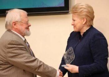 Profesorių Algirdą Avižienį apdovanojo Prezidentė Dalia Grybauskaitė. Dž.G.Barysaitės nuotr.