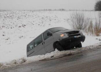 Mikroautobusas nuo smūgio nuvažiavo į pakelės griovį. Jono JUNEVIČIAUS nuotr.