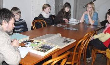 Jaunieji žurnalistai turėjo daug klausimų žurnalistui Tautvydui Kontrimavičiui.