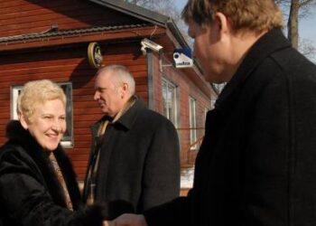 Konservatoriams buvo įdomi ir nepartinių anykštėnų nuomonė. Irena Degutienė spaudė ranką Anykščių rajono ūkininkų sąjungos vadovui Romualdui Kubaičiui.