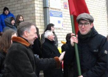 Minint valstybės atkūrimo 95 – ąsias metines Kurklių seniūnas Algimantas Jurkus valstybinę vėliavą įteikė ir akcijos nešti 95 vėliavas organizatoriui Norbertui Černiauskui (dešinėje). Jono JUNEVIČIAUS nuotr.