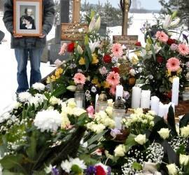 Režisierių Vytauto ir Galinos Germanavičių kapas paskendo gėlėse. Autoriaus nuotr.