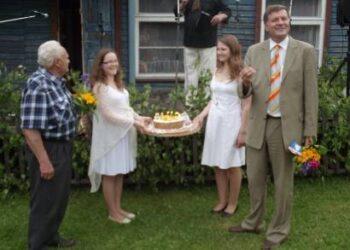 Šventinio torto žvakutes pūtė Andrioniškio seniūnijos krikštatėvis, buvęs rajono meras Saulius Nefas ir pirmasis seniūnas Romualdas Budreika. Autoriaus nuotr.