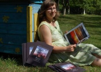 """Simona Bagdonaitė pripažinta kaip jauniausia fotoalbumo autorė, kuri būdama """"15 metų 7 mėnesių 19 dienų amžiaus...parengė spaudai knygą-fotografijų albumą """"Padangių egzotika fotografijose""""."""