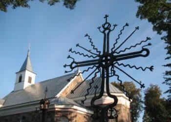 Andrioniškio šv. Apaštalų Petro ir Povilo bažnyčios šventorių puošia nagingo kalvio Petro Buzo XIX amžiaus pabaigoje nukaltas kryžius.