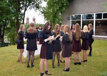 Paskutiniosios 2012-ųjų laidos A. Baranausko vidurinės mokyklos abiturientai praėjusią vasarą susibūrė atsisveikinti su mokykla ir vaikyste prie A. Baranausko klėtelės. Rasos Bražėnaitės (VŽM) nuotrauka.