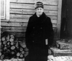 """Iš tremties grįžęs buvęs Švietimo ministras K. Šakenis apie 1957 m. Troškūnuose, susiruošęs eiti į biblioteką. Nežinomo autoriaus nuotrauka, saugoma Biržų krašto """"Sėlos"""" muziejuje."""