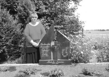 Tokiomis tad mintimis, užplūdusiais prisiminimais Debeikių kapinių tyloje pasidalijo Aušros kaimo gyventoja Laimutė Semėnienė. Autoriaus nuotr.