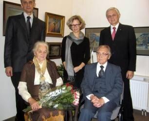 Mindaugas Puodžiukas (stovi kairėje) su tėvais, broliu ir seserimi, šeimai švenčiant tėvo Antano Puodžiuko 90-metį. T. Kontrimavičiaus (VŽM) nuotrauka.