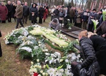 Tragiškai žuvusio kunigo Daliaus Tubio kapą nuklojo baltos gėlės... Nuotr. R. STUNDŽIENĖS