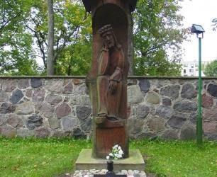 Rūpintojėlio saugomas kunigo Antano Vaškevičiaus kapas Anykščių bažnyčios šventoriuje. Rasos Bražėnaitės (VŽM) nuotrauka.