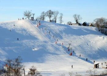 Lietuvos edukologijos universiteto studentams šaltis nebaisus, jie smagiai leidžiasi nuo kalno. Autoriaus nuotr.  .