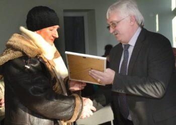 Kavarsko Paryžiui dar vieną kadenciją vadovaus Aldona Murnikova. Už bendruomeniškumo skatinimą jai dėkojo Kavarsko seniūnas Algirdas Gansiniauskas. Jono JUNEVIČIAUS nuotr.