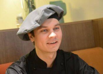 """SPA """"Vilnius – Anykščiai"""" virtuvės šefui Matui Žiliukui darbas, kuris reikalauja didelių gabumų, sugebėjimų ir nuolatinio tobulėjimo, patinka: """"Čia visai kiti reikalavimai, lyginant su kitomis Anykščių kavinėmis"""".Jono JUNEVIČIAUS nuotr."""