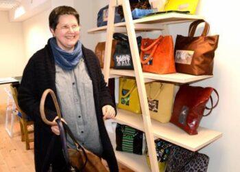 Rankines siuvanti Nijolė Davainienė sako, kad vienai rankinei pagaminti reikia iki vienos darbo savaitės.