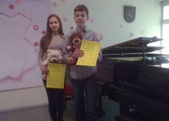 """""""Grand Prix"""" laimėtojai anykštėnai Vaiva Vanagaitė ir Konradas Mikalauskas Elektrėnų muzikos mokyklos scenoje.Balio MELDAIKIO nuotr."""