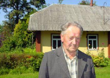 Bronius Karvelis savo sodyboje 2011-ųjų vasarą. T. Kontrimavičiaus (VŽM) nuotrauka.